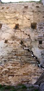 L'intérieur de la Tour Carrée : les fissures sur le mur Ouest