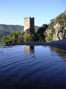 La Tour Carrée se reflétant dans une des vasques du ruisseau d'Albine