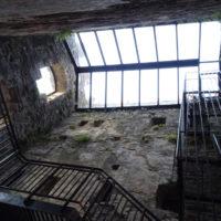 Tour Carrée de Colombières rénovée : l'intérieur en contre-plongée