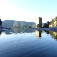 Tour Carrée de Colombières vue du Caroux et son reflet dans le ruisseau d'Albine