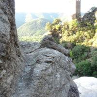 Tour Carrée de Colombières vue du Caroux : canal d'irrigation taillé dans la roche