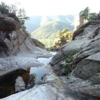 Tour Carrée de Colombières vue du Caroux vue depuis le ruisseau d'Albine